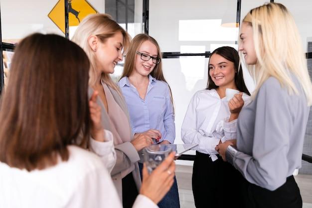Fêmea jovem sorridente na reunião de gabinete Foto gratuita