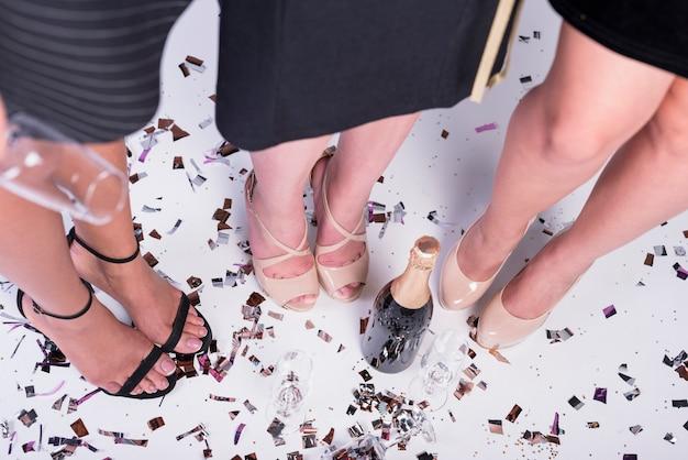 Fêmeas elegantes na festa Foto gratuita