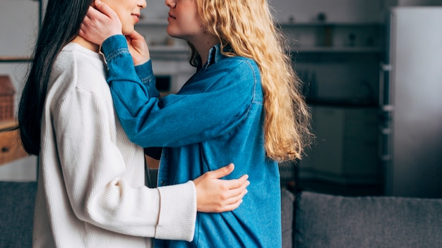 Fêmeas jovens prestes a se beijar Foto gratuita