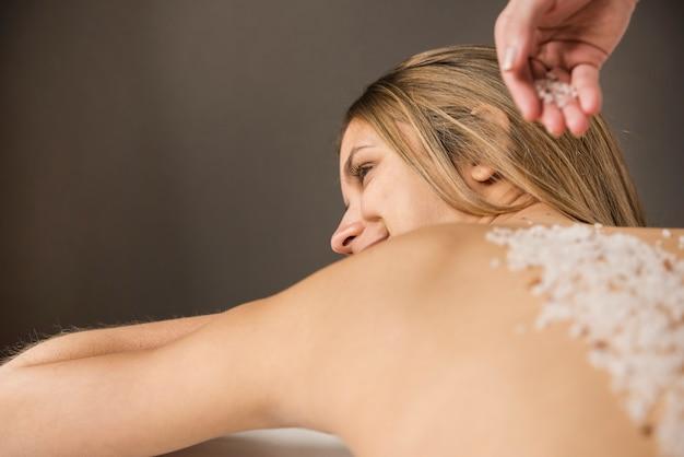 Femininas, obtendo, sal, esfregue, tratamento beleza, em, a, spa Foto gratuita