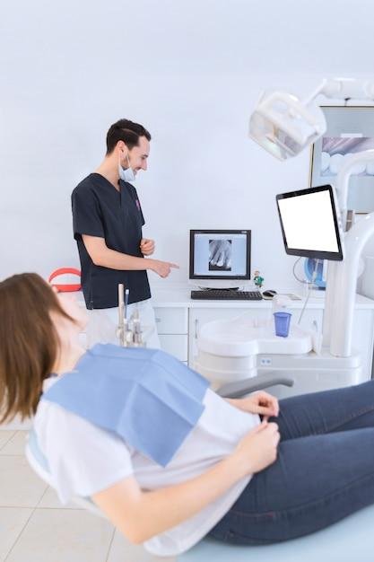 Femininas, paciente, mentindo, ligado, cadeira dentista, olhar, dentes, raio x, ligado, tela Foto gratuita