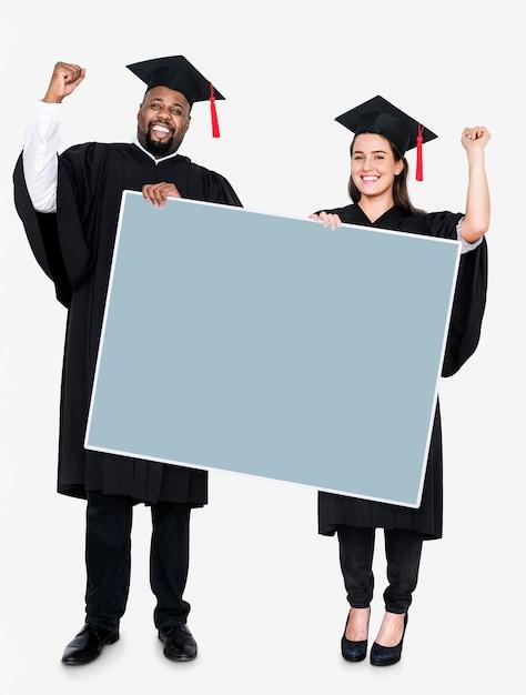 Feminino e masculino grad segurando um espaço de cópia Foto gratuita