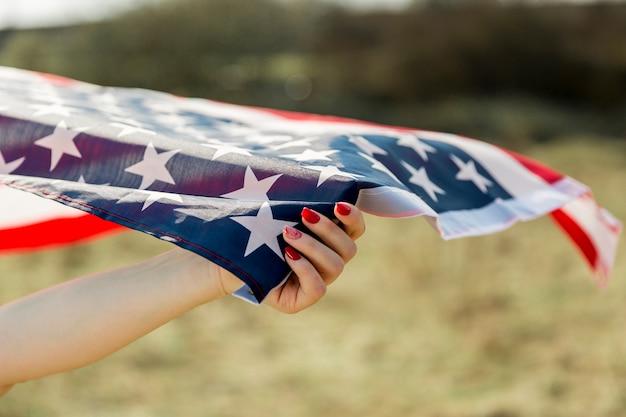 Feminino mão com bandeira do eua Foto gratuita