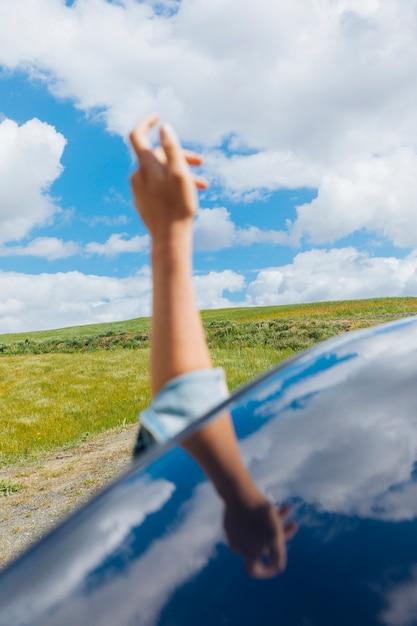 Feminino mão contra o céu Foto gratuita