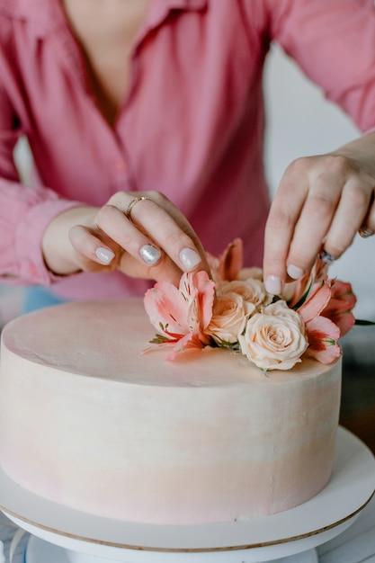 Feminino Mao Decorando O Bolo De Aniversario De Casamento Flor