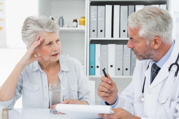 Feminino sênior paciente visitando um médico Foto Premium