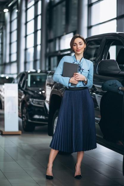 Feminino, vendedor, em, um, carro, showroom Foto gratuita