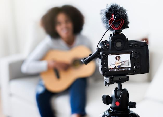 Feminino vlogger gravação de música relacionada com transmissão em casa Foto Premium