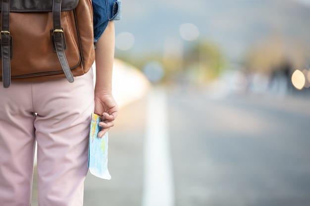 Femininos turistas na mão têm um mapa de viagem feliz. Foto gratuita