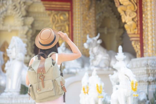 Femininos turistas viajam em templos. Foto gratuita