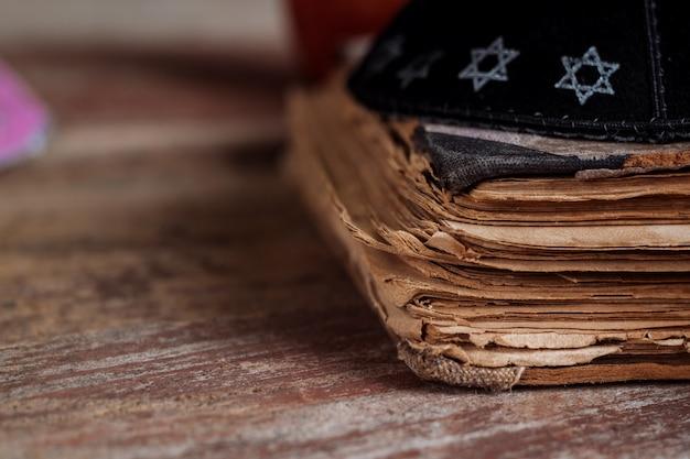 Feriado da celebração da religião da tradição judaica o judeu ortodoxo reza no livro de orações Foto Premium