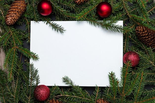 Feriado de natal simulado com ramos de pinheiro e decoração de natal Foto Premium