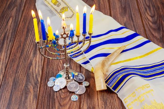 Feriado judaico hanukkah com menorá sobre a mesa de madeira estrela david Foto Premium