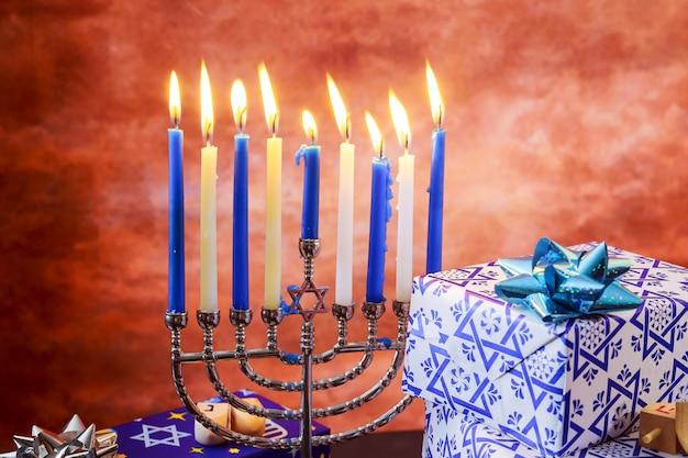 Feriado judaico hanukkah com menorá sobre a mesa de madeira Foto Premium