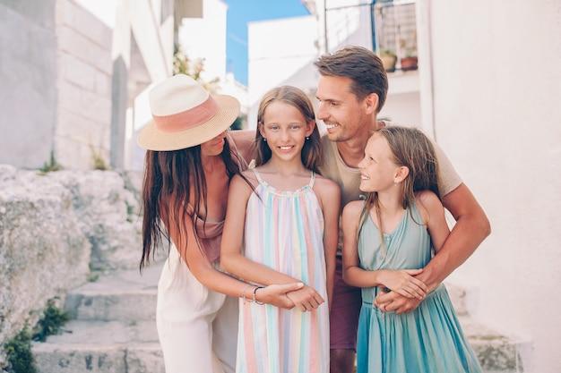 Férias de família de pais e filhos em férias na europa Foto Premium