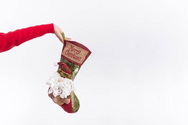 Férias de inverno tradicional. conceito de meia de natal. verifique o conteúdo da meia de natal. Foto Premium