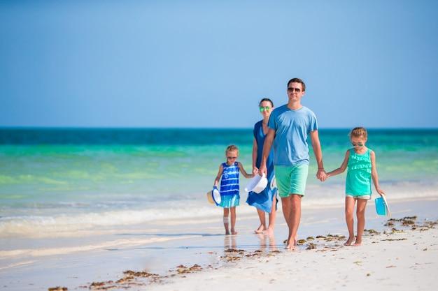 Férias de praia jovem família feliz Foto Premium