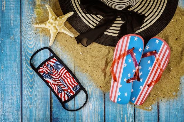 Férias de verão com acessórios em chinelos de madeira fundo Foto Premium