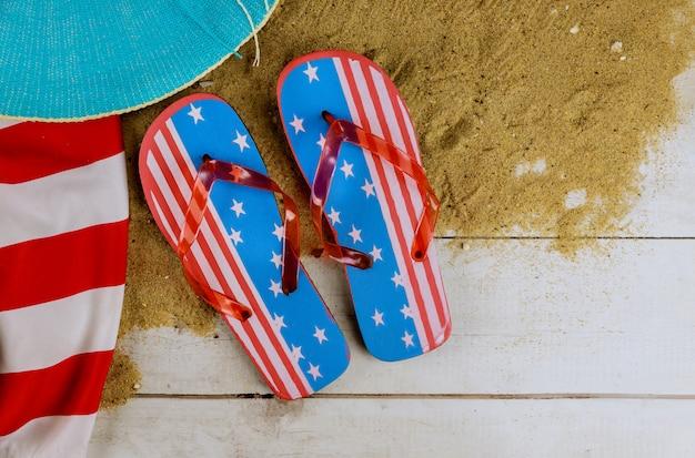Férias de verão com acessórios em chinelos e chapéu relaxante bandeira americana Foto Premium