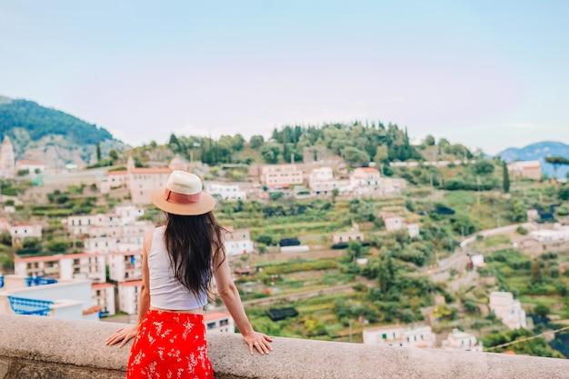 Férias de verão na itália. jovem mulher na vila de positano, costa amalfitana, itália Foto Premium