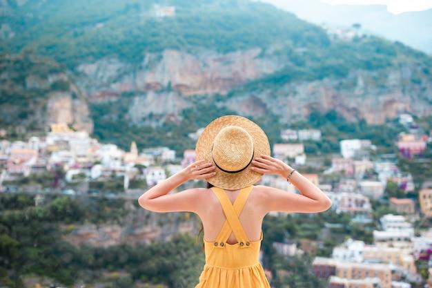 Férias de verão na itália, jovem mulher na vila de positano Foto Premium