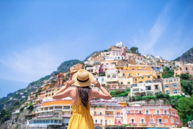 Férias de verão na itália. mulher jovem, em, positano, vila, ligado, a, fundo, amalfi costeiam, itália Foto Premium