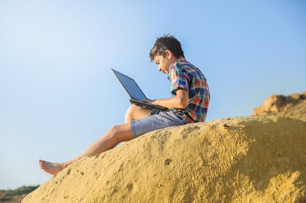 Férias de verão na natureza com um laptop Foto Premium