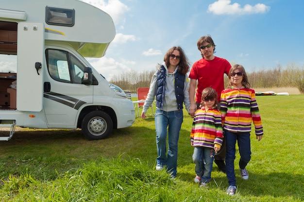Férias em família, viagem de rv com crianças, pais felizes com crianças em viagem de férias no motorhome, exterior do campista Foto Premium