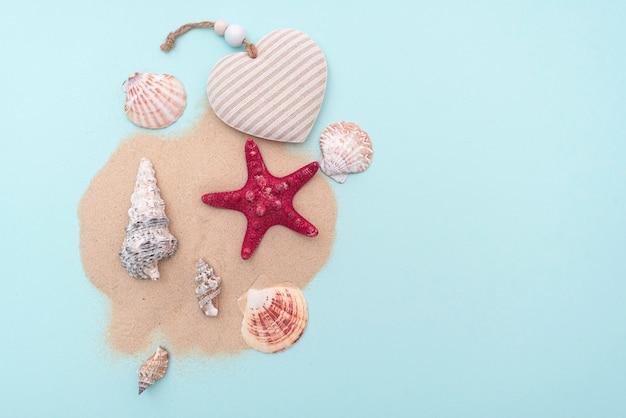 Férias, férias de verão. composição com areia e conchas, vista superior. espaço para texto. layout para ideias. Foto Premium