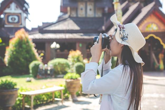 Férias, mulheres tirando fotos da cidade velha Foto gratuita