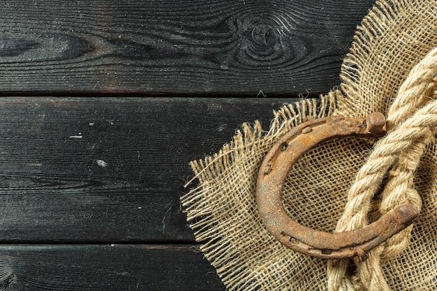 Ferradura e corda velhas em placas de madeira Foto Premium