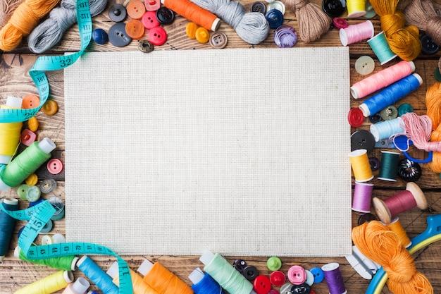 Ferramenta de costura para bordado, linhas coloridas centímetro e butto Foto Premium