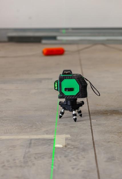 Ferramenta de medição do nível do laser no canteiro de obras. Foto Premium