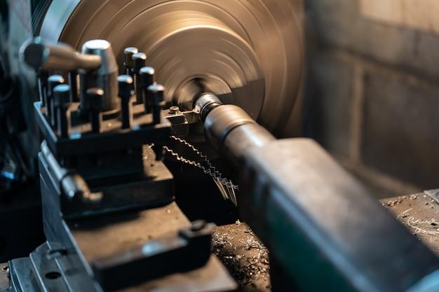 Ferramenta que gira a peça em torno de um eixo de rotação para executar várias operações. Foto Premium