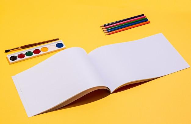Ferramentas artísticas - pincéis, tinta aquarela, caderno Foto gratuita