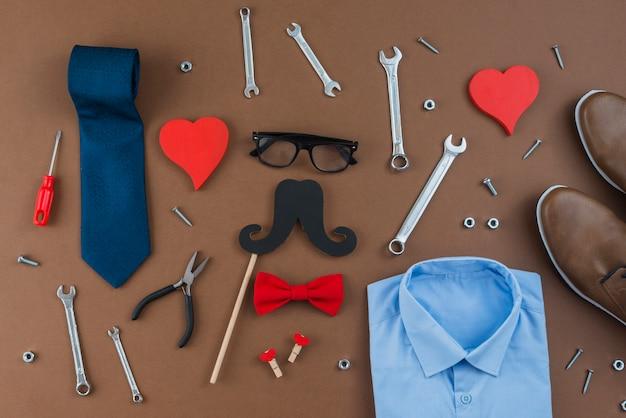 Ferramentas, com, roupa homem, ligado, marrom, tabela Foto gratuita