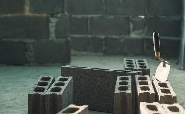 Ferramentas da construção e tijolos industriais no canteiro de obras. conceito de construção. Foto Premium