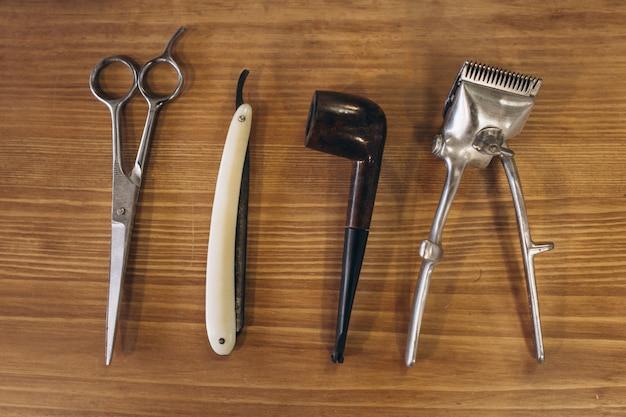 Ferramentas de barbearia em fundo de madeira Foto gratuita