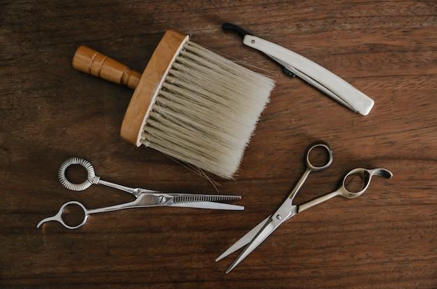 Ferramentas de barbeiro na mesa de madeira Foto Premium