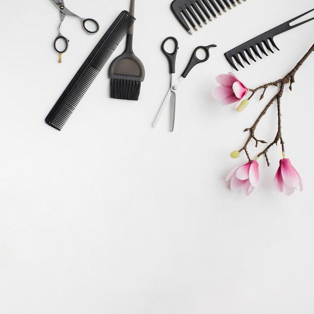 Ferramentas de cabelo com flor de sakura Foto gratuita