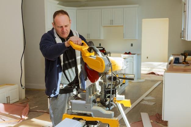 Ferramentas de carpinteiro na mesa de madeira com serragem. carpenter workplace Foto Premium
