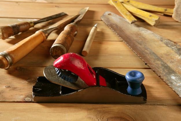Ferramentas de carpinteiro serra martelo madeira fita avião gouge Foto Premium