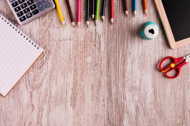 Ferramentas de escola na mesa Foto gratuita