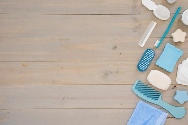 Ferramentas de higiene na mesa de madeira Foto gratuita