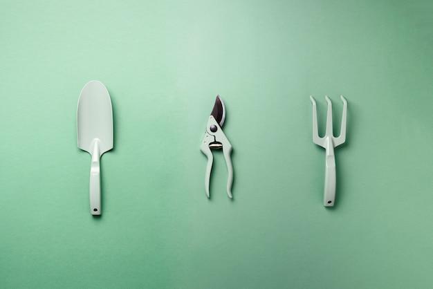 Ferramentas de jardinagem e utensílios. podador, ancinho, pá para manutenção de jardins. instrumentos para hobby. Foto Premium