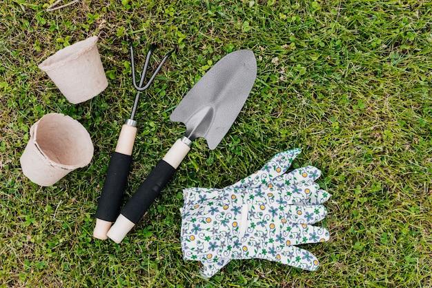 Ferramentas de jardinagem plana leigos na grama Foto gratuita