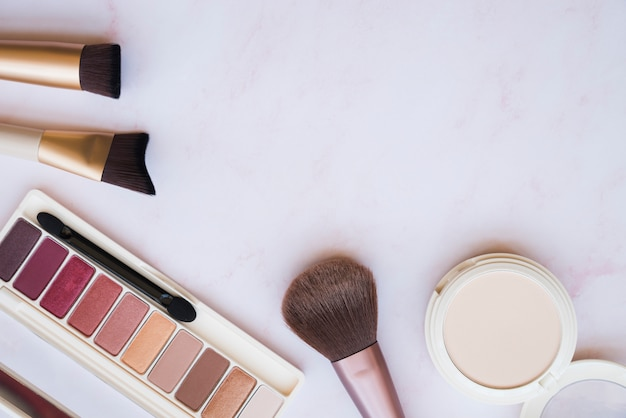 Ferramentas de maquiagem e sombra Foto gratuita