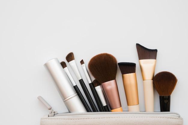 Ferramentas de maquiagem em um caso Foto gratuita