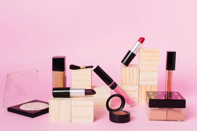 Ferramentas de maquiagem profissional em fundo colorido Foto gratuita