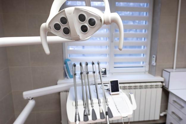 Ferramentas de odontologia em um gabinete Foto Premium